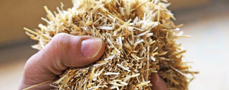 Hand die Einblasdaemmung aus Stroh haelt